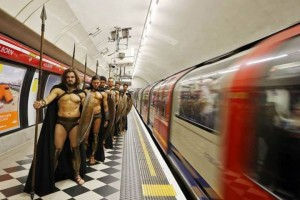 300-spartiates-cosplay-Metro-Londres-01